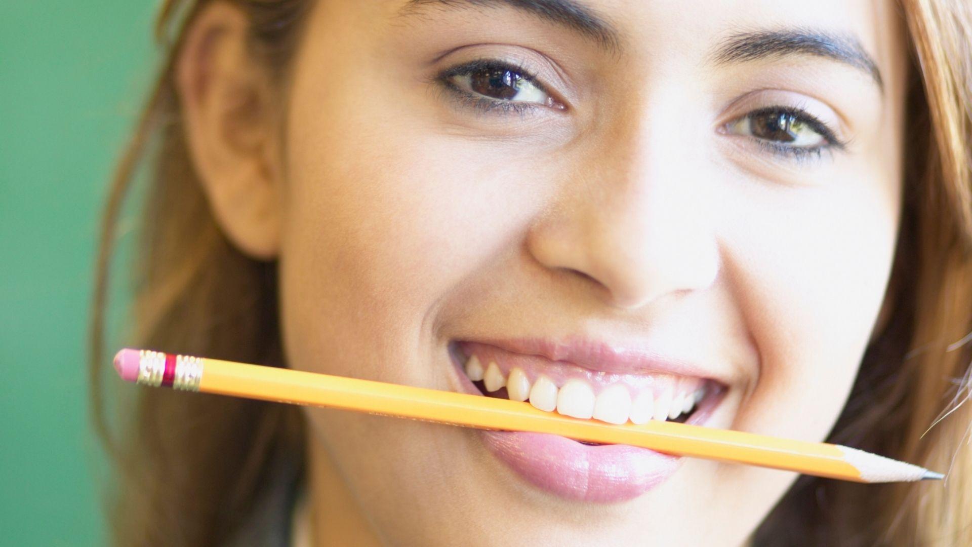 Lumière crayon sourire forcé